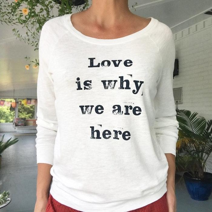 """Långärmad Tröja """"Love is why we are here"""" från SuperLove Tees"""