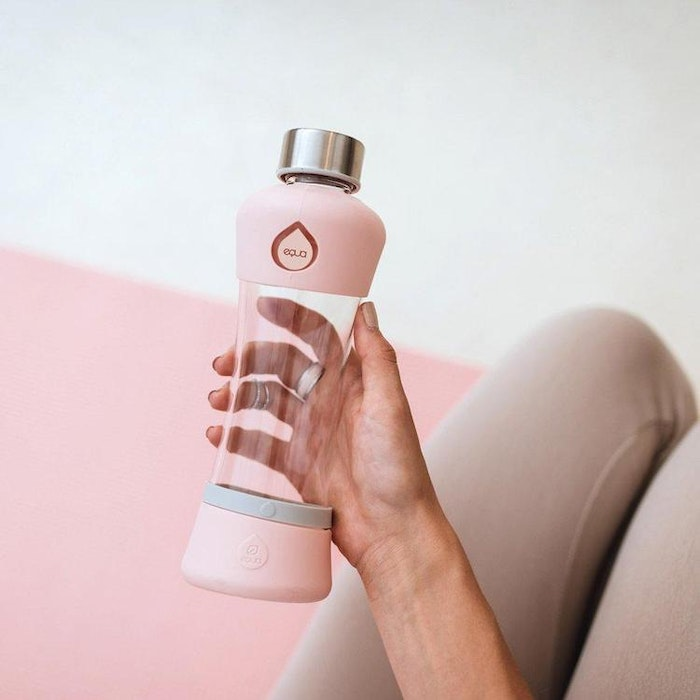 Vattenflaska Squeeze Active peach i glas