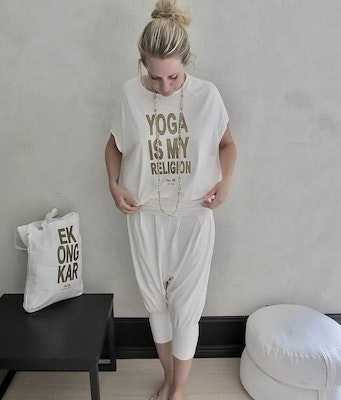 T-shirt Pärlvit Yoga Is My Religion - RAJ 108