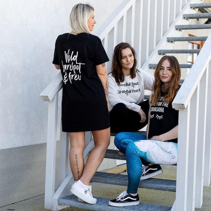 "T-shirt Dress ""Wild Barefoot & Free"" Black - Yogia"