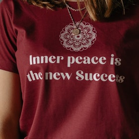 "T-shirt ""Inner peace is the new success"" Burgundy - Soul Factory"