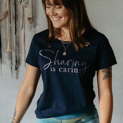 T-shirt Sharing Is Caring Blå - Yogia