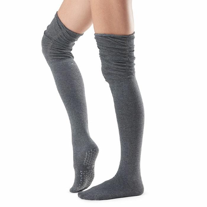 Yogastrumpor Charlie Over-Knee Grip Socks Charcoal - Tavi Noir Sox