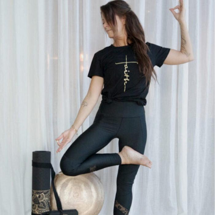 "T-shirt ""Faith"" Svart - Vackraliv Yoga"