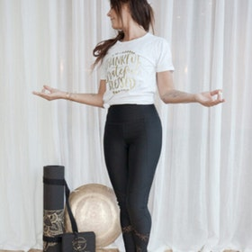 "T-shirt ""Thankful"" Vit - Vackraliv Yoga"