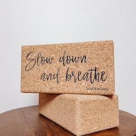 "Yogablock i Kork ""Slow down & Breathe"" - Soul Factory"