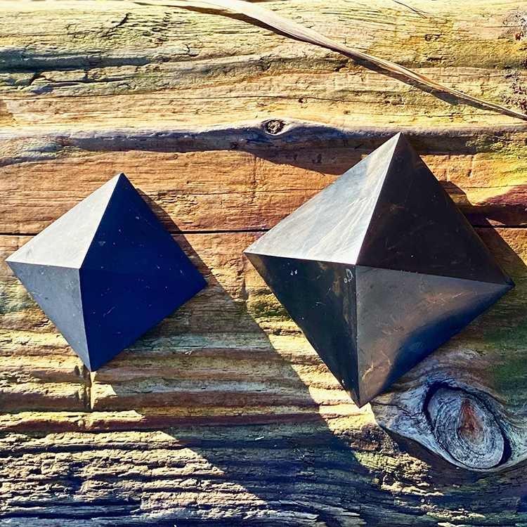 Shungit pyramid polerad 5 cm
