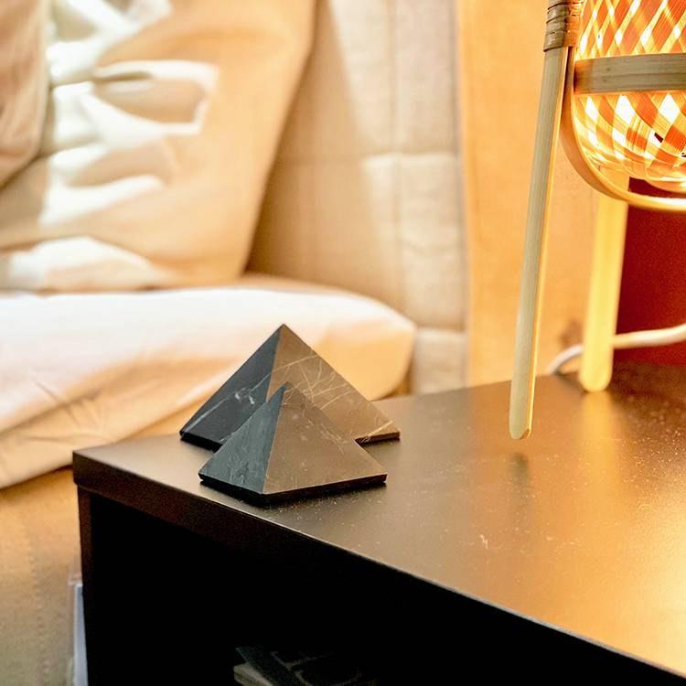 Shungit pyramid opolerad 7 cm