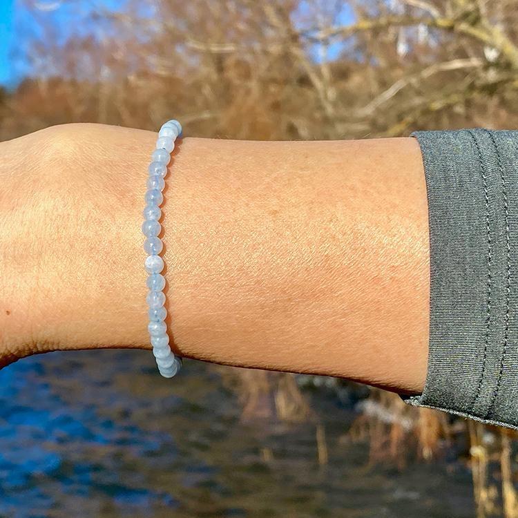 Akvamarin elastiskt armband av 4 mm pärlor