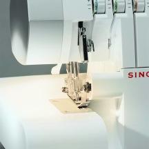 SINGER overlock 14SH754, inkl overlocksnålar för stretch, samt 4 vita 1000 m trådrullar