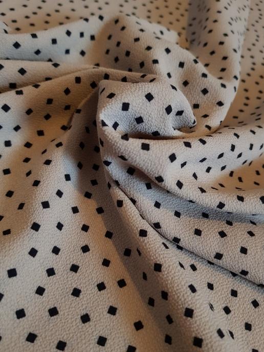 Crepe - Kahkibeige med små svarta fyrkanter