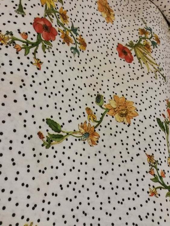 Blommor och svarta prickar Bomullstrikå