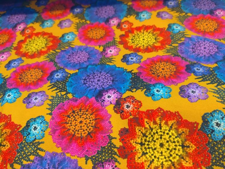 Macramé blommor, tryckt bomullstrikå Senap