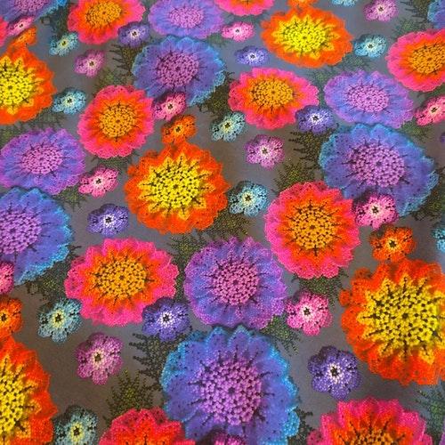 Macramé blommor, tryckt bomullstrikå Grå
