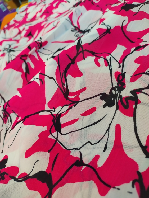 Krinklad blus/skjorta/klänning/kjol- Cerise med vita blommor