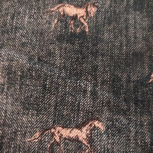 Bomullstrikå - Hästar på tryckt jeansstruktur