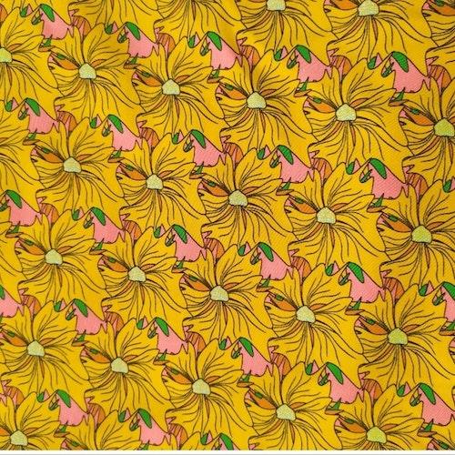 Bomullstrikå - EVA blommor på mörkgul botten