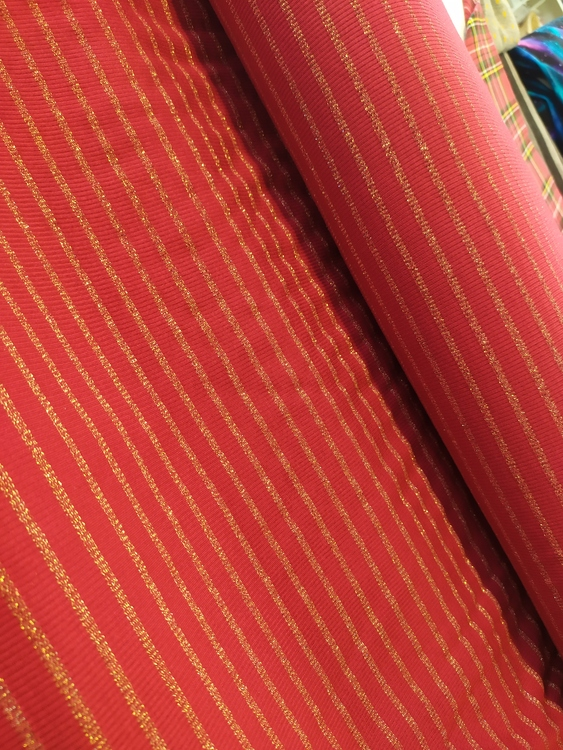 Olle - Ribbad Viskostrikå mörkröd med guldränder 150 cm bredd