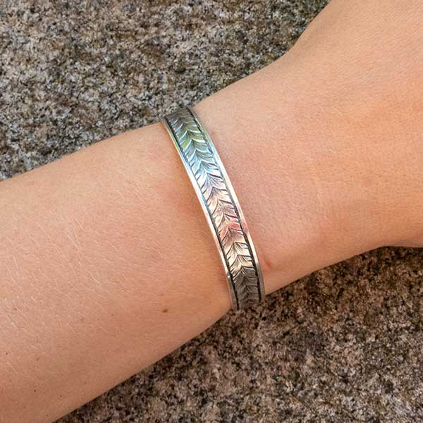 Handgraverat armband: Running leaf
