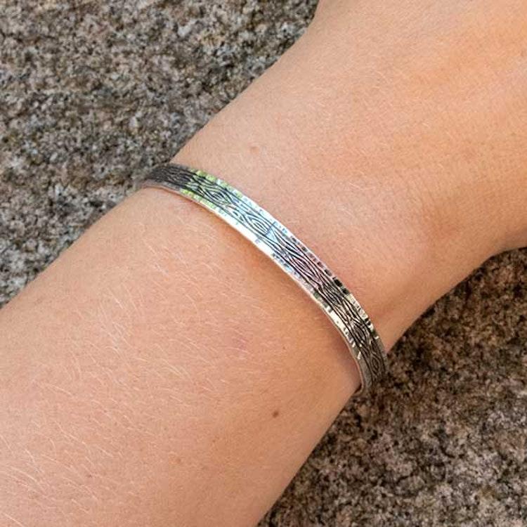 Hand-engraved bracelet: Flowing Bark