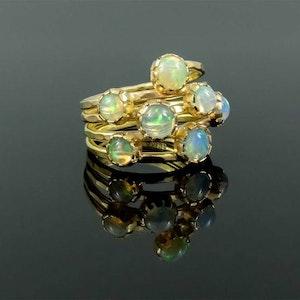 Guld ring med opaler