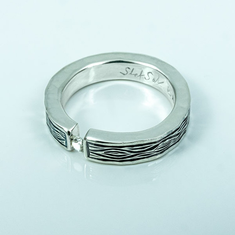 Flowing Bark silverring med Vit Safir