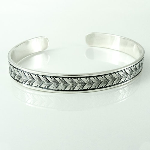 Hand-engraved bracelet: Running leaf