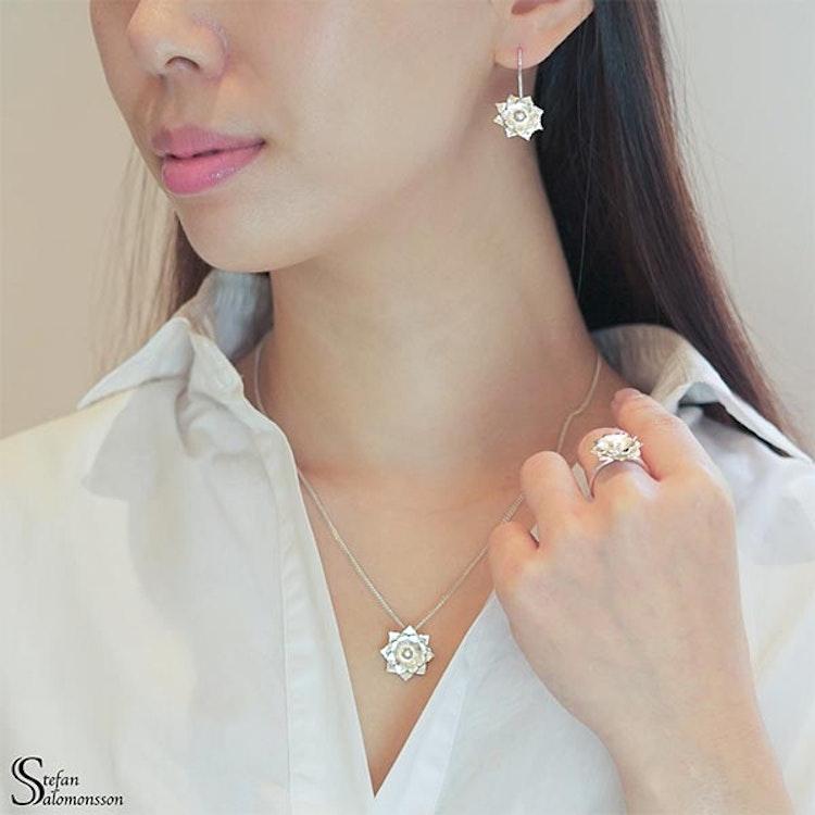 Lotus örhängen i silver med pärla