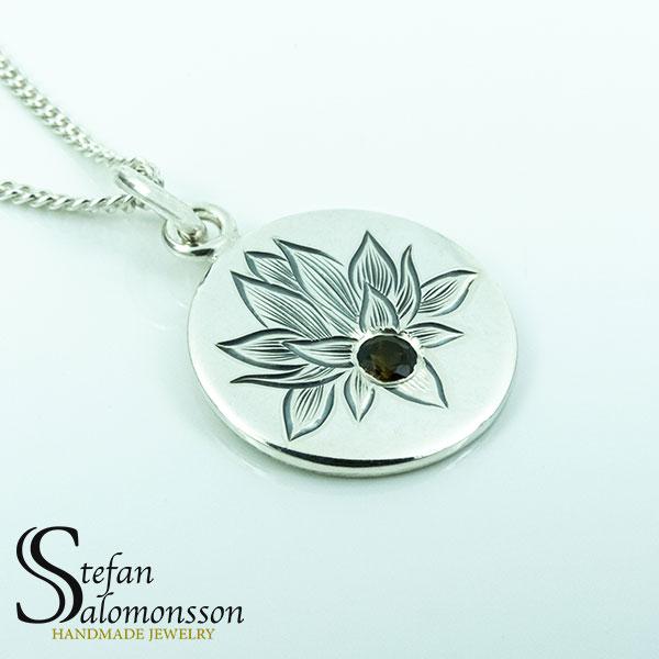Handgraverat lotus hänge i silver med turmalin