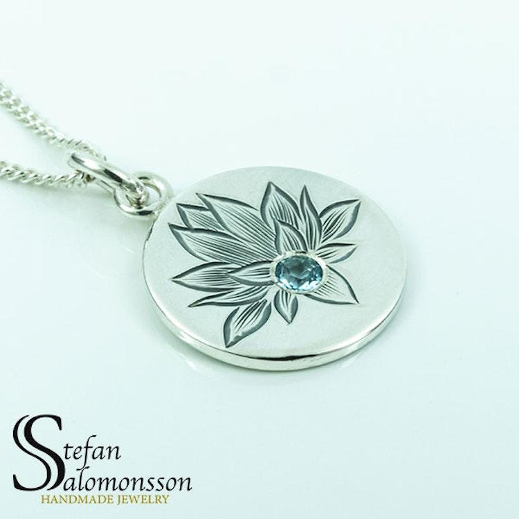 Handgraverat lotus hänge i silver med topas