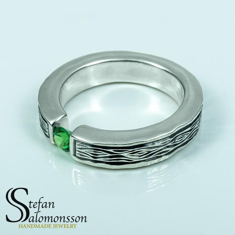 Flowing Bark silverring med Grön Granat