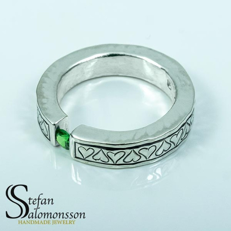 Silver hjärtring med Grön Granat