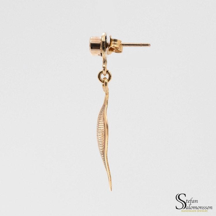 Löv örhängen i guld med tsavoriter