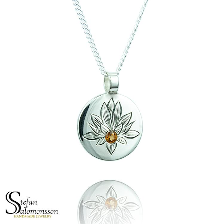 Handgraverat lotus hänge i silver med hessonit