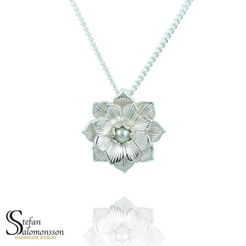 Lotus hänge i silver med pärla