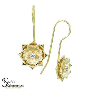 Lotus örhängen i guld med diamanter