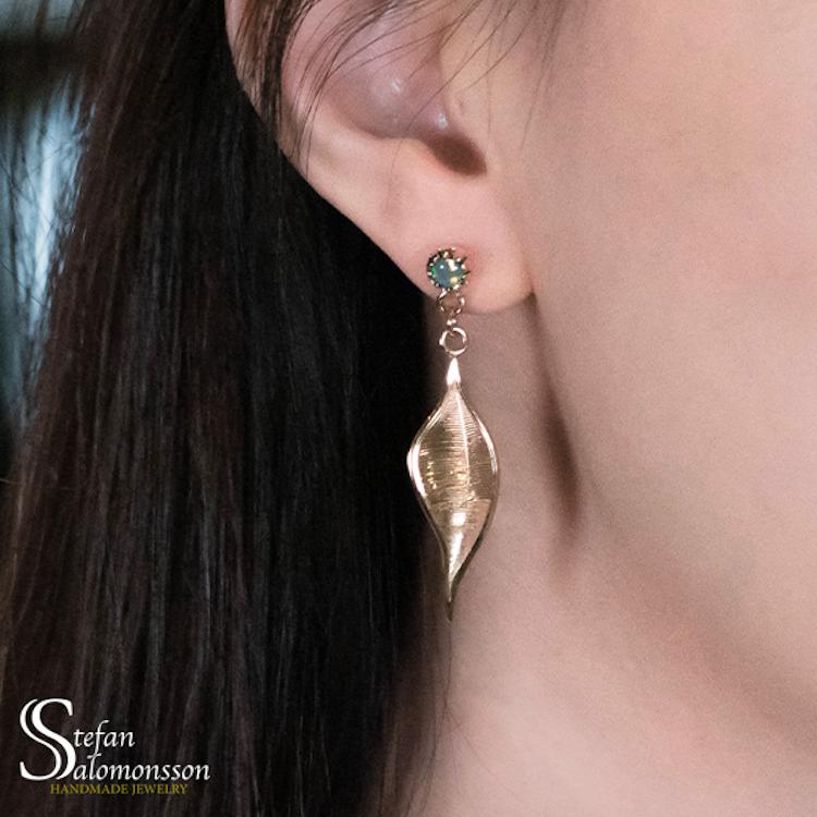 Löv örhängen i guld med opaler