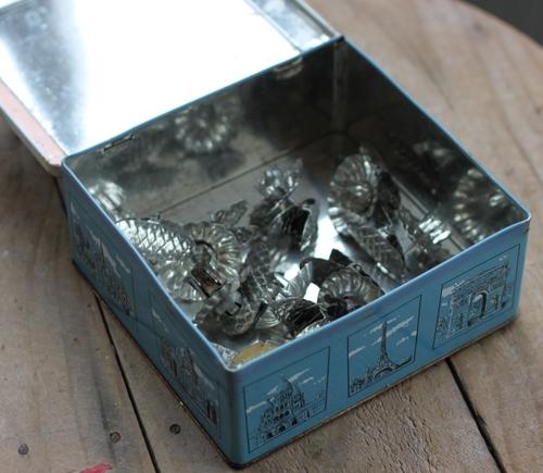 Plåtburk - Ljusblå Vit med Dekor