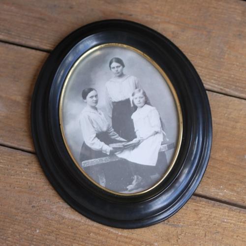 Fotografi - Tre Systrar i Oval Ram