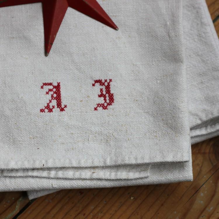 Handduk - Linne Monogram AJ Röd
