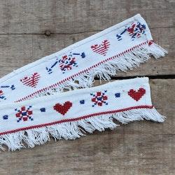 Textil - Hyllbård i Vitt Rött och blått