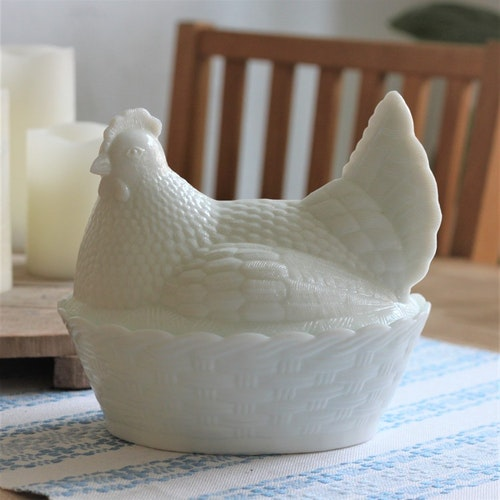 Ägg-gömma - Stor i Vitt Mjölkglas