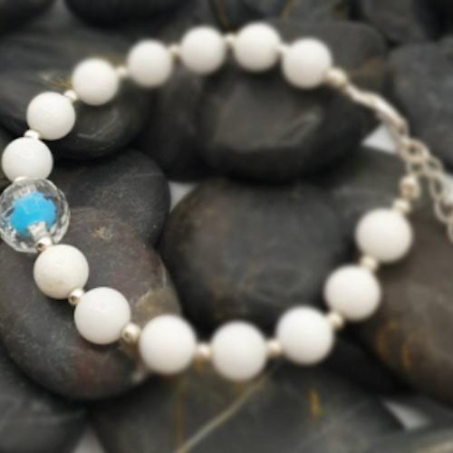 Vit Jade med turkos pärla. 8 mm