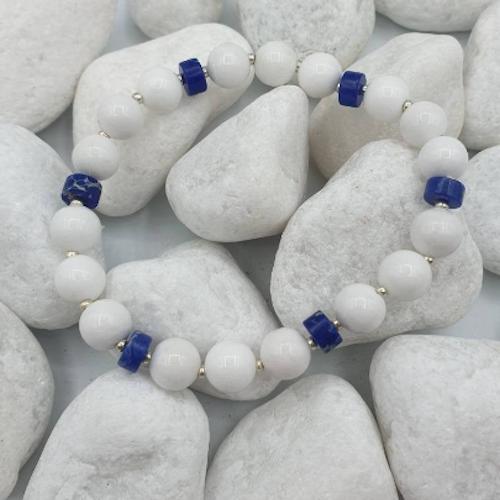 Vit Jade med blåa Sodalite distanser, 8mm, 16cm stretch