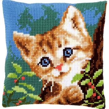 Ristipistotyyny kissa puussa