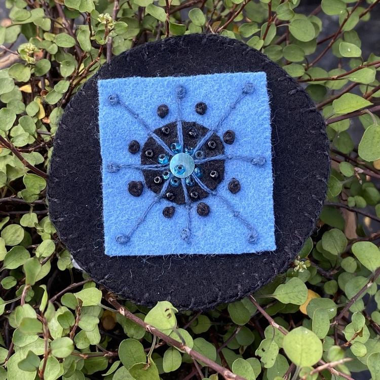 Broderad brosch blå