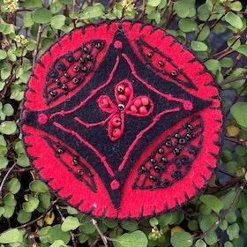 Broderad brosch röd