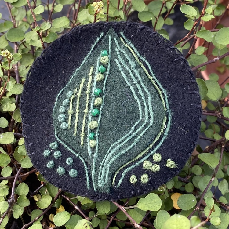 Broderad brosch blad