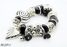 Armband svart med häftiga berlocker