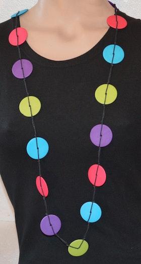 Långt halsband med runda platta brickor